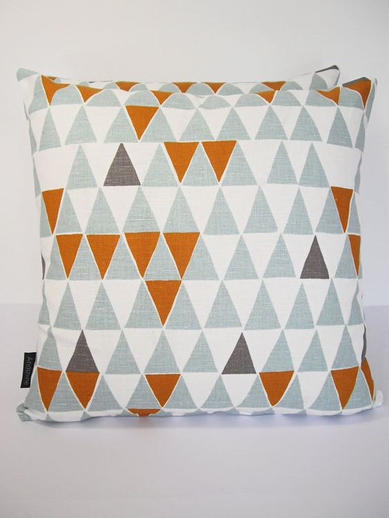 Contemporary Scandinavian Geometric fabric cushion par Andshine