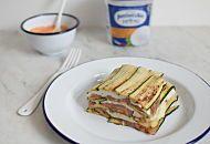 Piatto estivo delizioso: millefoglie di mozzarella di bufala Pettinicchio e verdure estive