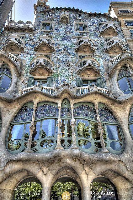 Casa de la arquitectura de Gaudí catalán Antonio Gaudi del Art Nouveau de Barcelona. Es un ejemple muy moderno.