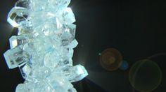 Aprenda passo a passo a como fazer cristais de açúcar. O segredo é simples e você só precisará de açúcar e água. Experimento de química muito fácil e interessante para demonstração em feira de ciências. Aproveite e faça também doces criativos e em formatos diferentes usando essa técnica!