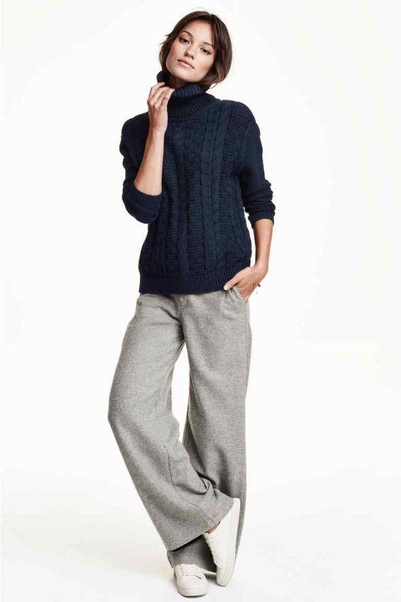 Pantaloni ampi in misto lana: Pantaloni svasati dalla linea ampia in flanella di misto lana. Tasche laterali, tasche posteriori a filetto e abbottonatura nascosta con gancetto davanti. Vita normale.
