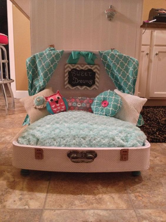 Vintage suitcases pet beds and suitcases on pinterest for Cama para perros