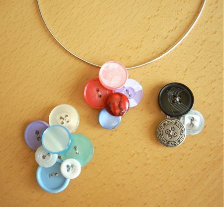 Homemade Button Pendant. Very Cool DIY jewelry project. (I have a soft spot for buttons)