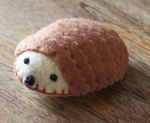 luulla:    Meet Harry the hedgehog pincushion, almost too cute to poke with pins!!