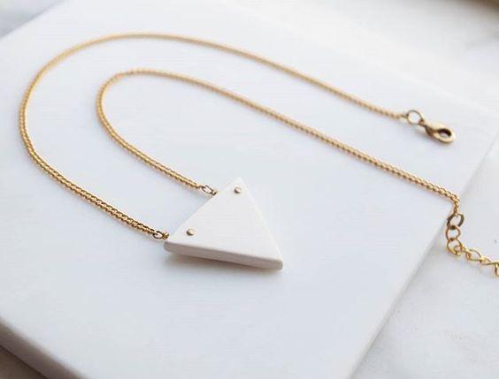 Achila #necklace #ceramicjewelry #white #jewerlydesign #design #handmade #artigianato #sardinia #shop #shoponline #gift #summer #woman #fashion #fashionblogger #moda #collana #gioielli #gioielliinceramica #instajewelry #instafashion #minimal #triangolo #geometry #geometrico #triangle