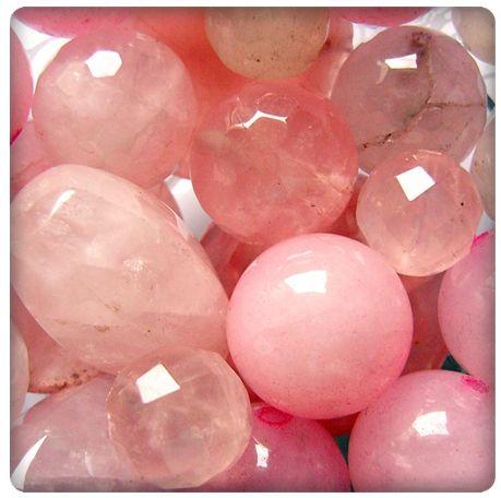Cuarzo rosa. De color rosa traslúcido, el cuarzo rosa, es la piedra del amor. Fortaleza y armonía sentimental. Muy relajante, calma. Da bienestar, felicidad física y emocional. Seguridad en uno mismo. Cura heridas sentimentales.