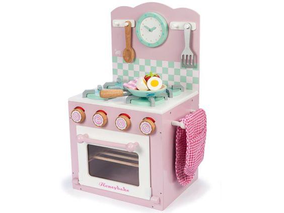 Ein rosa Modell des preisgekrönten Backofen- und Herd-Sets von Le Toy Van. Der 4-Platten-Herd verfügt über einen einfachen Ofen mit drehbaren Temperatur-Knöpfen und einem Ofenhandschuh. Das Set enthält einen eine Pfanne mit Ei, Speck und Tomaten.