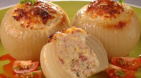 Cebollas rellenas   (cebollas grande, jamón cocido, jamón serrano, pan de molde, leche, queso rallado, huevos duros, huevos, sal y pimienta)