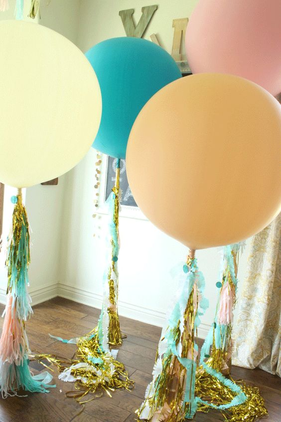 Diy high school graduation party decor graduation party for Balloon decoration ideas without helium