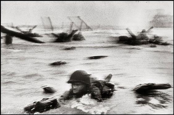 Robert Capa, une des premières photos du debarquement 06/06/1944 - I wish I could be a Magnum photographer.