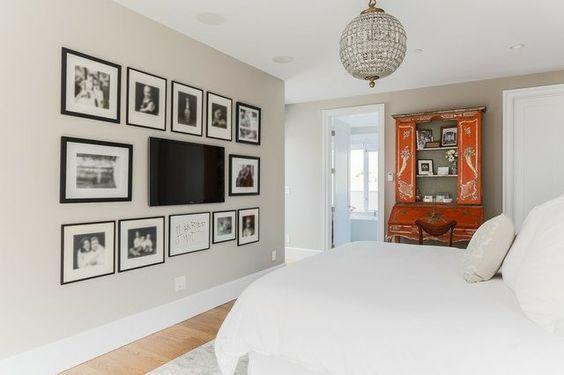 écran télévisé plat à fixation murale et des photos en noir et blanc en tant que déco murale