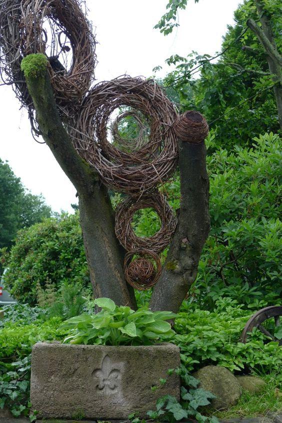 Kranz Geflochten Aus Naturmaterialien Zwischen Totholz Eine Runde Ideen Fur Den Garten Eure Gartenphilosophin Garten Gartenskulptur Natur Kunst