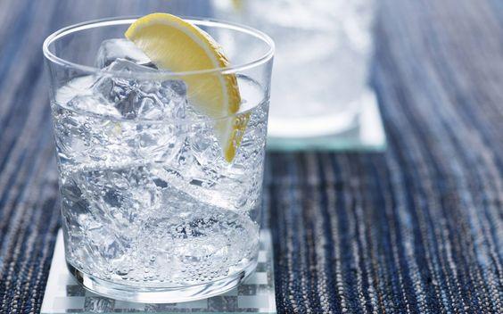El gin tonic es una bebida elegante y con pocas calorías (aproximadamente 200 por cada 8 onzas). Esta bebida es ideal para esas reuniones con amigos en las que se discuten temas profundos o de interés.