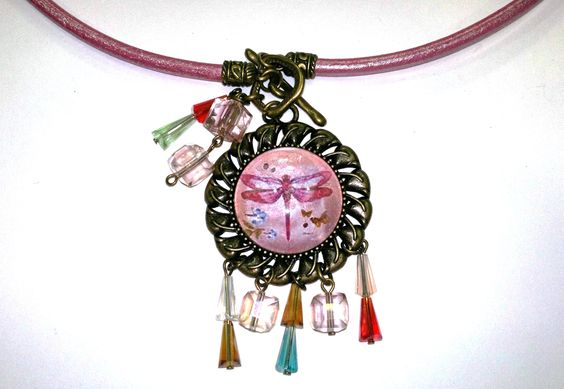 colgante de camadeo decorado con cristal y collar en cuero