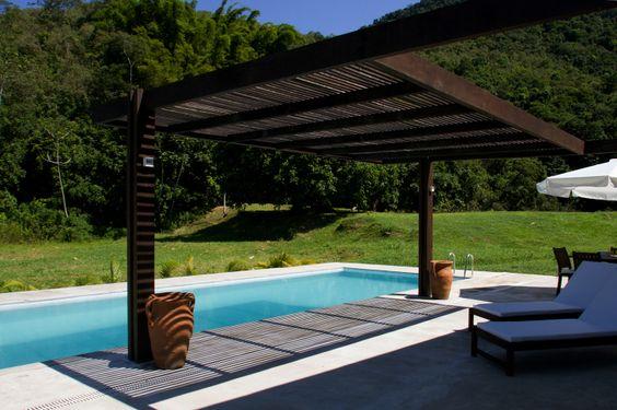 51 piscinas para curtir o verão - Casa - Os arquitetos Marcel Rofatto e Eliete Nemy Mourão, do escritório Casa & Campo, projetaram esta piscina nas dimensões 8 m por 4 m, com 1,5 m de profundidade. Ela é feita de azulejo com borda em pedras São Tomé.