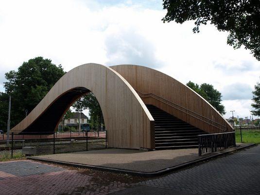 Houten voetgangersbrug bij Station Ruurlo