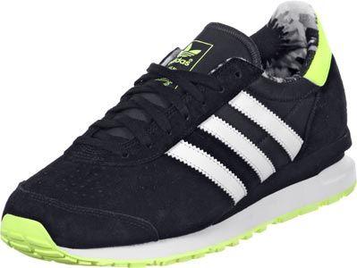 La chaussure Adidas Marathon PT nest pas vraiment de retour. Le prototype de cette sneaker sommeillait inutilisé dans les archives de Adidas depuis les années 80 !  Totalement incompréhensible pour nous, car cette chaussure de course plate et mince est tout simplement superbe : daim noir perforé est combiné avec des parties synthétiques, qui sont aussi en noir. Les bandes blanches sont classiques et un élément essentiel dans un Re-Issue dAdidas.  Le talon jaune fluo, le logo et la semelle…