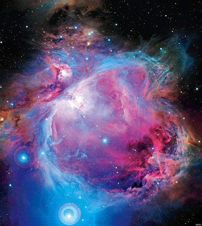 A tan sólo 1500 años luz de distancia, la nebulosa de Orión es la nebulosa difusa más brillante en el cielo nocturno. La imagen óptica muestra una gran cavidad creada por la presión de la radiación de las estrellas recién nacidas en la región más brillante, situada en una enorme nube de polvo y gas