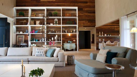 A sala é ponto de partida da planta - ambiente principal e para o qual converge toda a casa. O espaço abriga as salas de estar, TV, jantar, lareira e cozinha gourmet integradas. O projeto arquitetônico da casa no interior de SP é de Maurício Karam
