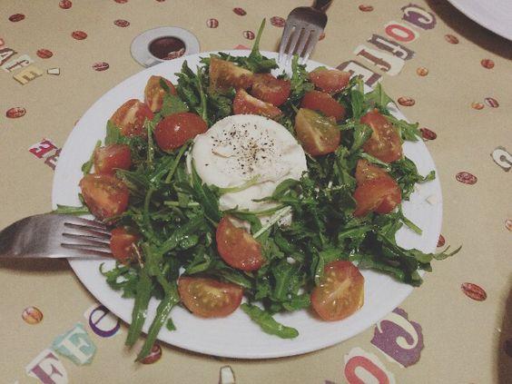 Ensalada de rucula, tomates cherry y queso de burgos vegano.
