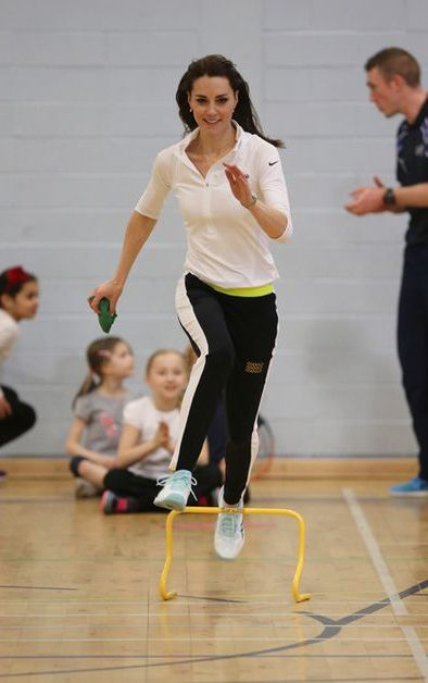 En visite pour la journée à Édimbourg ce mercredi, la duchesse de Cambridge, née Kate Middleton a pu saisir la balle au bond lors d'un atelier tennis avec des enfants en compagnie de la mère du tennisman Andy Murray.