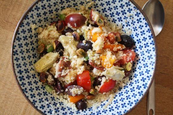 Zomerse Couscous Salade: - 1,5 kopje couscous - 1 hand cherrytomaatjes (in alle kleurtjes) - 1 hand zwarte olijven, gehalveerd - 60 gram feta, in blokjes - 3 bosuitjes, in ringen - ½ blikje artisjokharten, in vieren - klein handje pistachenoten - ½ (biologische) citroen, sap en rasp - Olijfolie - peper/zout