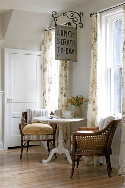 Cozy cottage style dining area with vintage furniture and charming sign from bracket #SarahRichardson #vintagestyle #vintagesign