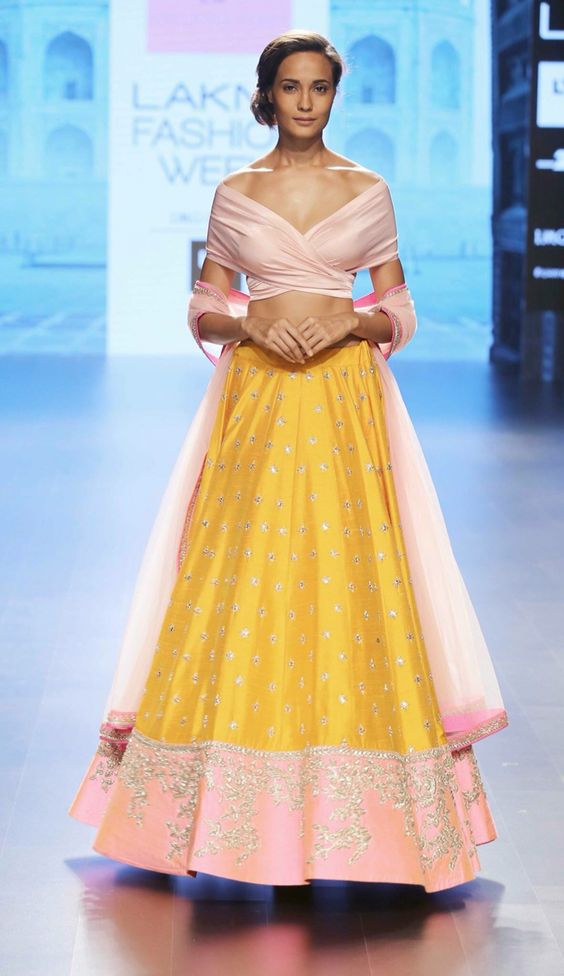 Breathtaking, this simple peach and yellow lehenga!! <3 Total prio on the lust-list