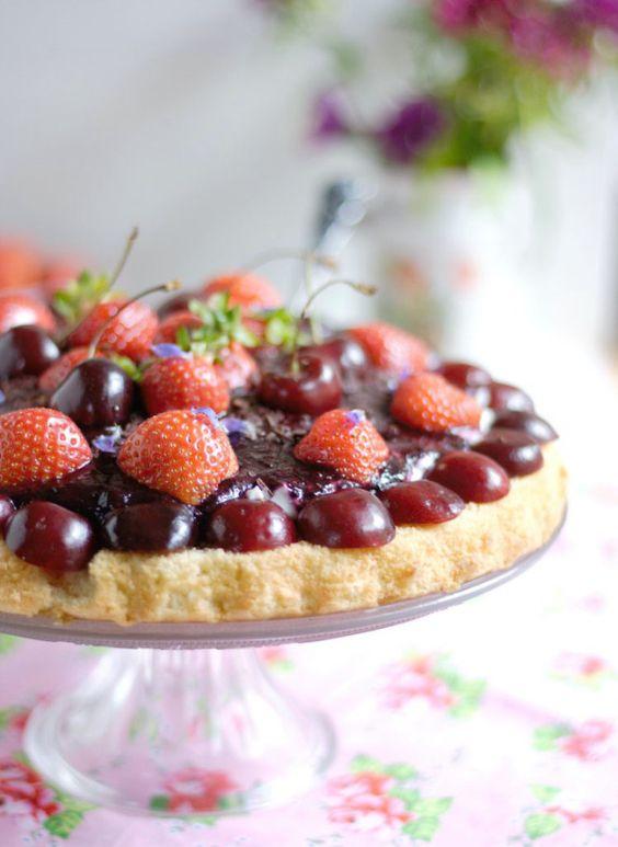 Biskuitboden mit Kirschen Erdbeeren Blaubeersoße von Naschen mit der Erdbeerqueen