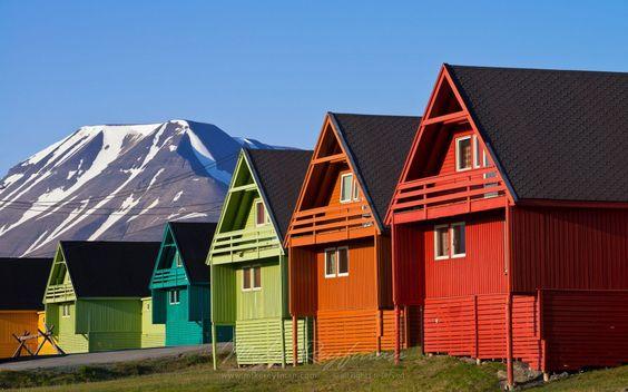 Longyearbyen, Norvège C'est la capitale administrative la plus au Nord du monde, tout comme le n°28 au Groenland, les maisons en bois y sont très colorées.