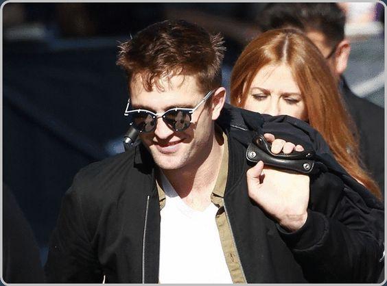 """Imagens De Robert Pattinson Chegando Ao Jimmy Kimm... Robert Pattinson participou no último dia 12 de junho, em uma quinta-feira, do talk show Jommy Kimmel Live para promover seu novo filme """"The Rover"""". Confira à seguir as fotos do ator chegando ao estúdio onde é gravado o programa em Los Angeles."""