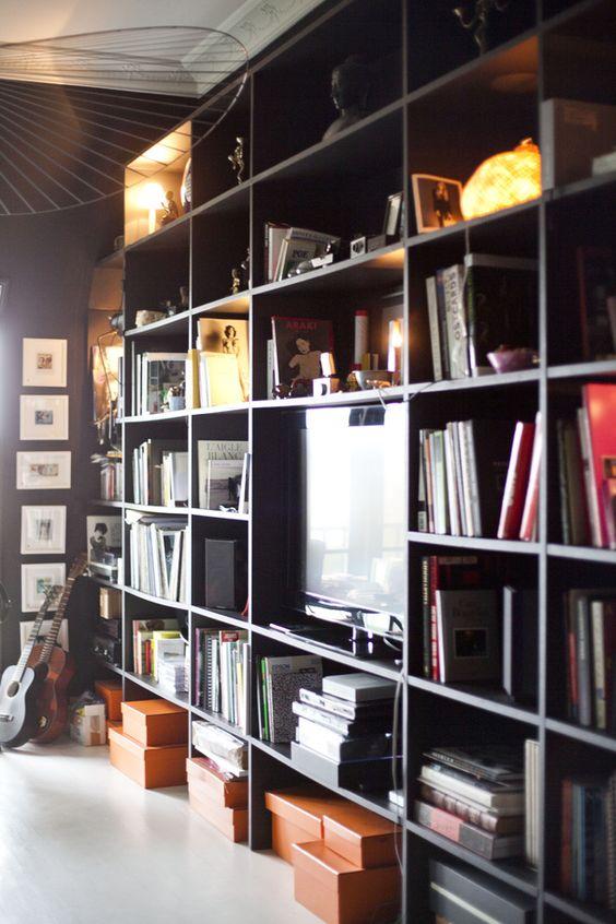 La bibliothèque noire pour cacher l'électronique