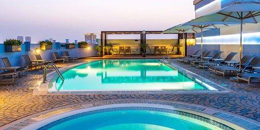 Urlauben Sie in der Stadt der Superlative zwischen dem höchsten Gebäude der Welt und demgrößten Einkaufszentrum weltweit. Im HotelCoral Dubai Deira wohnen Sie mitten im Stadtzentrum und genießen die Aussicht vomRooftop-Pool. Für eine Woche in demsehr gut bewerteten*Vier-Sterne-Hotel zahlen Sie703 € pro Person** und ...