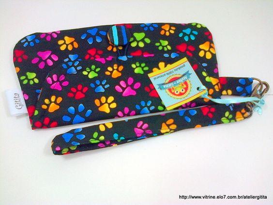Mini Clutch tipo carteirinha, em tecido 100% algodão, alça removível, fechamento com botão forrado. R$ 17,00
