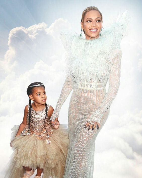Look at the way Blue looks at her momma! So adorable. Beyoncé looks like a goddess. <3 #VMAs #BeyMAs