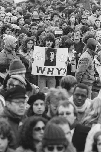 Allan Tannenbaum - Fans mourn the death of John Lennon outside his Dakota apartment. December 12, 1980