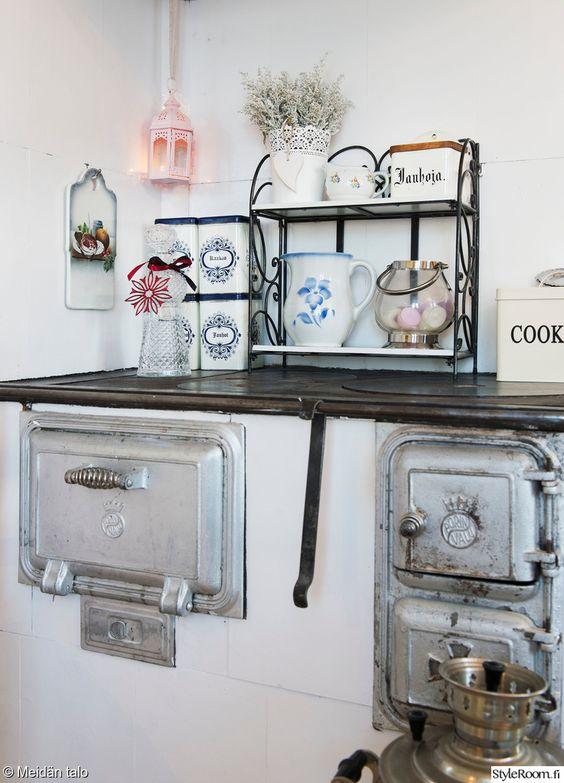 keittiö,keittiön sisustus,hella,vanha hella,vanhat purkit  Sisustus  Pinter