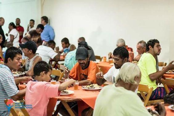Pastor usa dízimos da igreja para alimentar moradores de rua