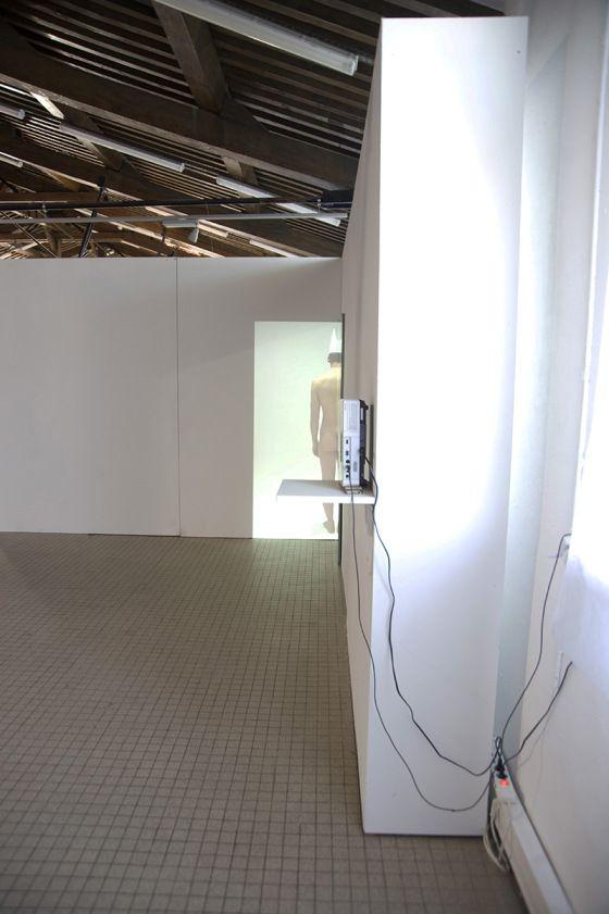 autoportrait au bonnet dâne 2  2010, Technique mixte, vidéo-projection+miroir, (73×195.5×1.9cm)