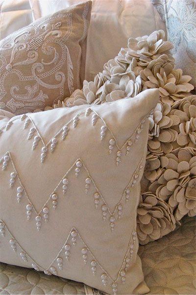 Muitas almofadas deixam um sofá muito mais aconchegante!                                                                                                                                                                                 More:
