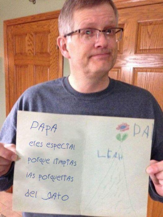 foto de un señor sosteniendo la carta de su hijo