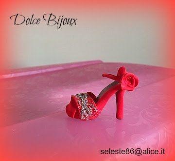 Segnaposto matrimonio scarpa rossa con rosa rossa e decorazioni metalliche.Realizzata a mano in fimo