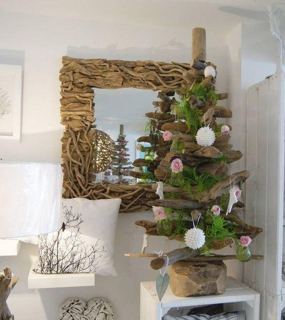sapin de Noël en bois flotté et cadre de miroir assorti sur un fond blanc