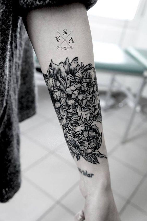 fleurs tatou es sur l 39 arri re du bras tatouages fleurs tattoo graphic geometry tattooer. Black Bedroom Furniture Sets. Home Design Ideas