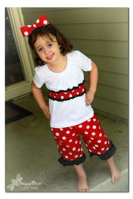 Minnie Mouse outfit for Disney trip - - my girls wore these and got tons of compliments around the park - - they were cute, but still in comfy playclothes, which was perfect.  And super easy to make - you can do it!