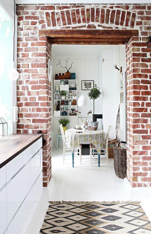 Casa ecléctica - Cocina pared ladrillos comedor -http://bit.ly/1YuOpVW