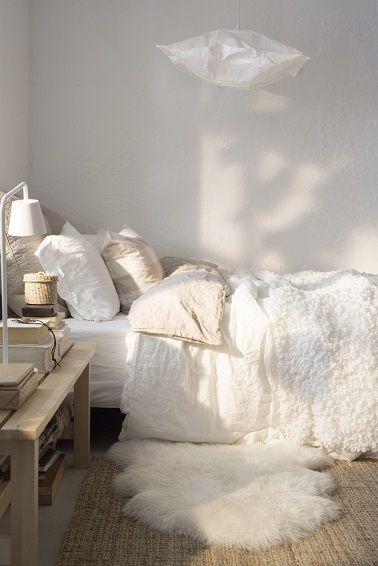 Dans cette chambre le lit se fait discret contre le mur mais donne envie de se reposer tout l'hiver.