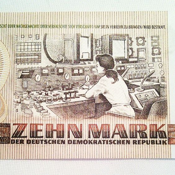 Detailaufnahme des 10 Mark Scheins der DDR. #ddrmuseum ; Der Spruch dazu lautete: ''So sieht es aus, wenn die Bestellung für deinen Trabbi eingegeben wird.'' Danach wurde der Schein gedreht: ''Und so siehst du aus, wenn du ihn bekommst!'' - hier sah man das Bild von Clara Zetkin...;)