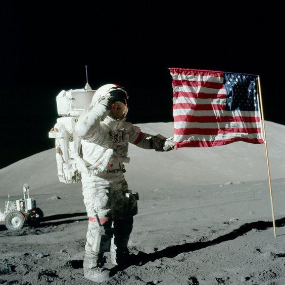 月面の上で旗を広げている姿