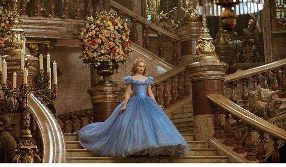 figurino das princesas é das primeiras demandas de moda das meninas. Encantadas com a história — e o visual — das heroínas, as pequenas sonham noite e dia com um vestido perfeito, rodado, enorme, que seria capaz de transportá-las para um mundo de fantasia.  Por conta de todo esse imaginário, não é para menos que o look da Cinderella interpretada por Lily Adams cause tanta comoção. Azul, cheio de cristais Swarovski e com uma enorme saia rodada, o vestido de baile é praticamente perfeito.